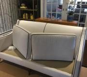Двухместный светлый диван сохнет после химчистки