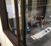Идеально чистое стекло в рабочем помещении