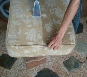 Диванная подушка в процессе чистки