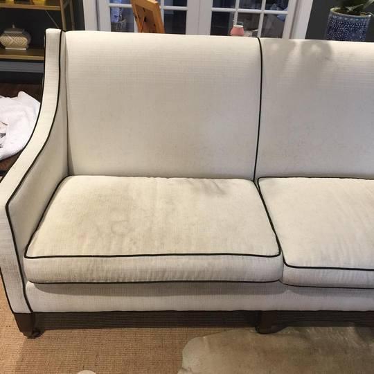 Очень грязный светлый текстильный диван