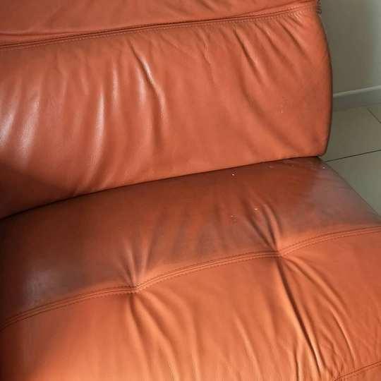 Фото в ходе ручного ухода за кожаной мебелью